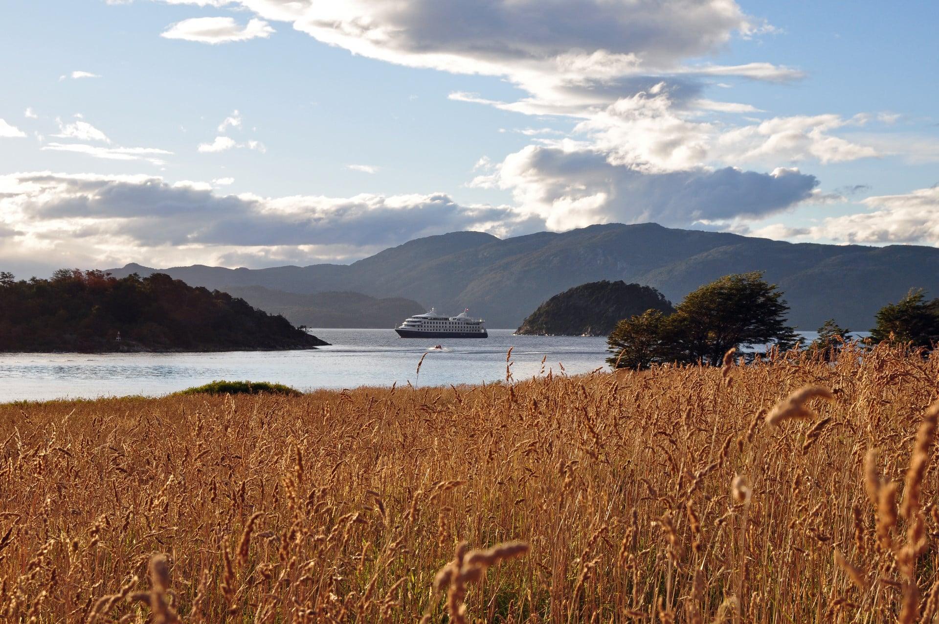La Baie Wulaia Avec Les Navires Australis En Terre De Feu Argentine Et Chilienne