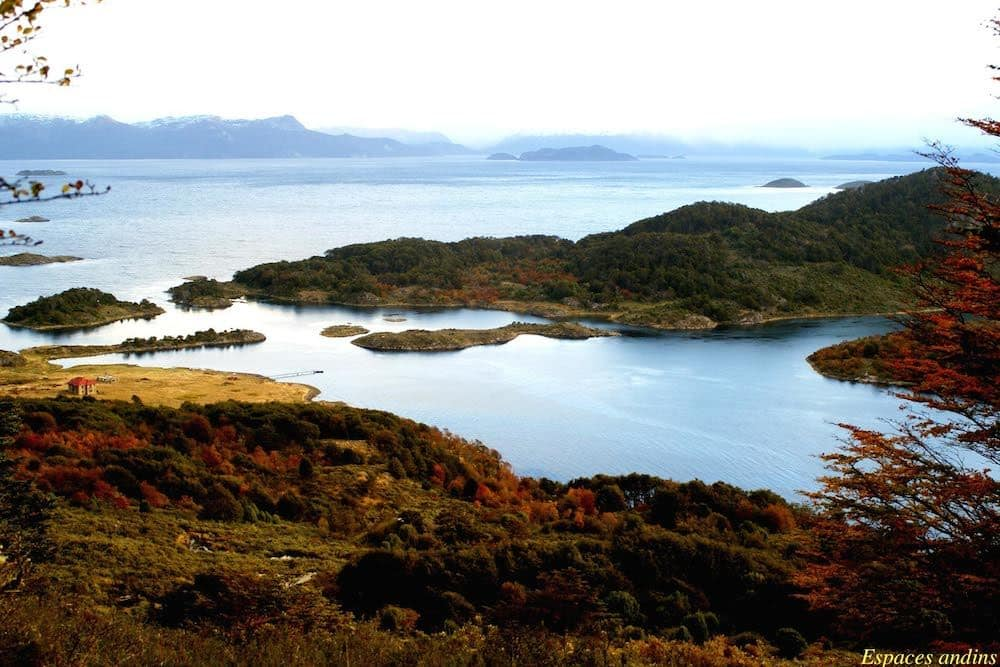 La baie Wulaia au Chili, vue de la colline après la randonnée