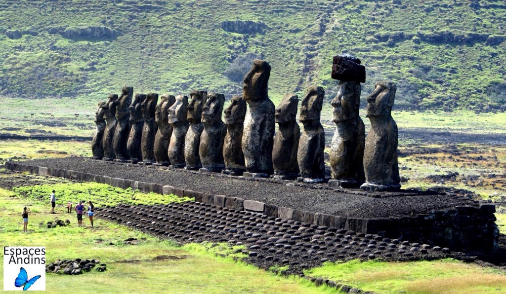 AHU TONGARIKI, plateforme à 15 moaï / Photo : Espaces Andins