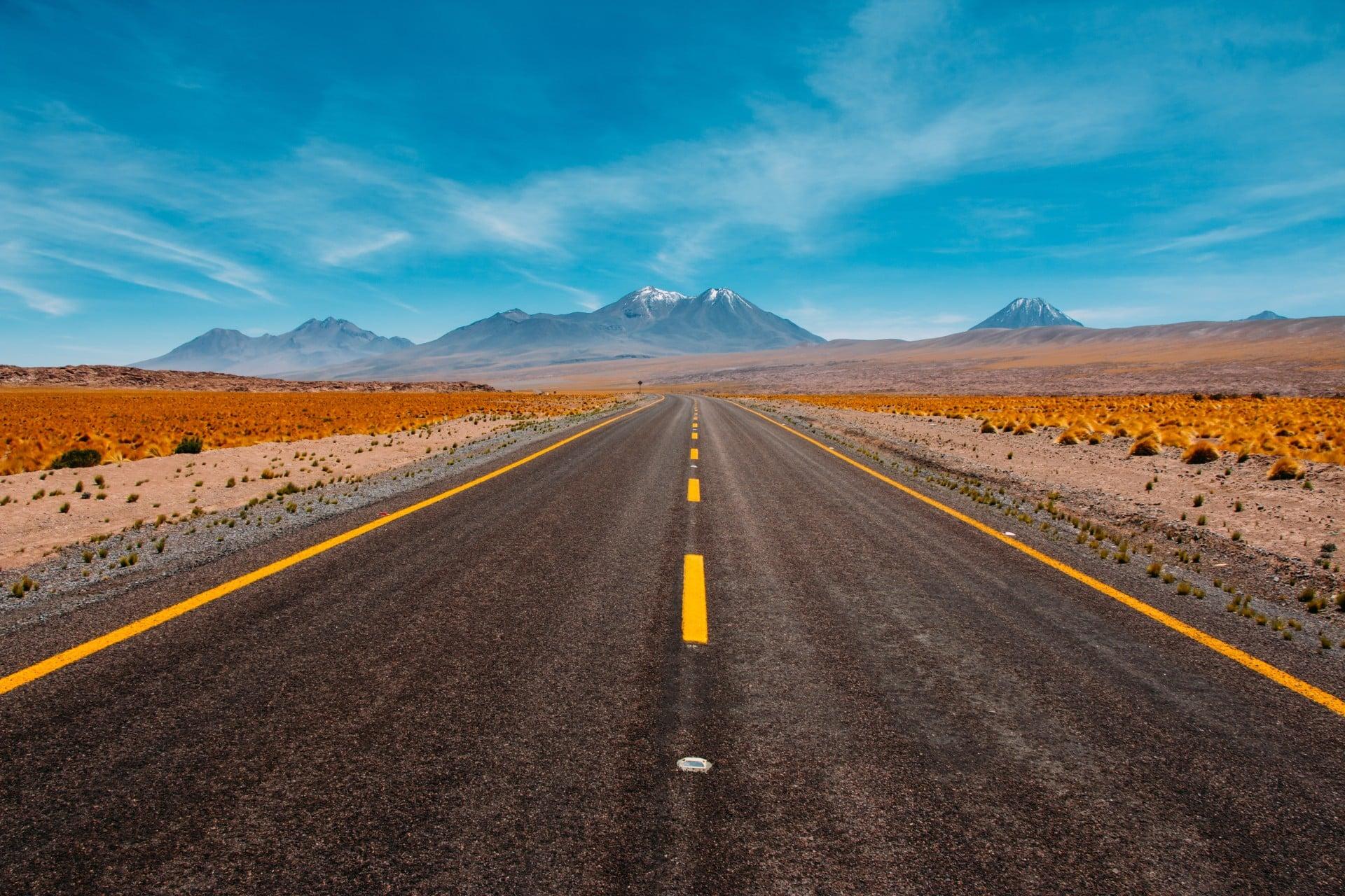 La Route Sud Americaine Avec Les Montagnes Et Volcans Au Loin