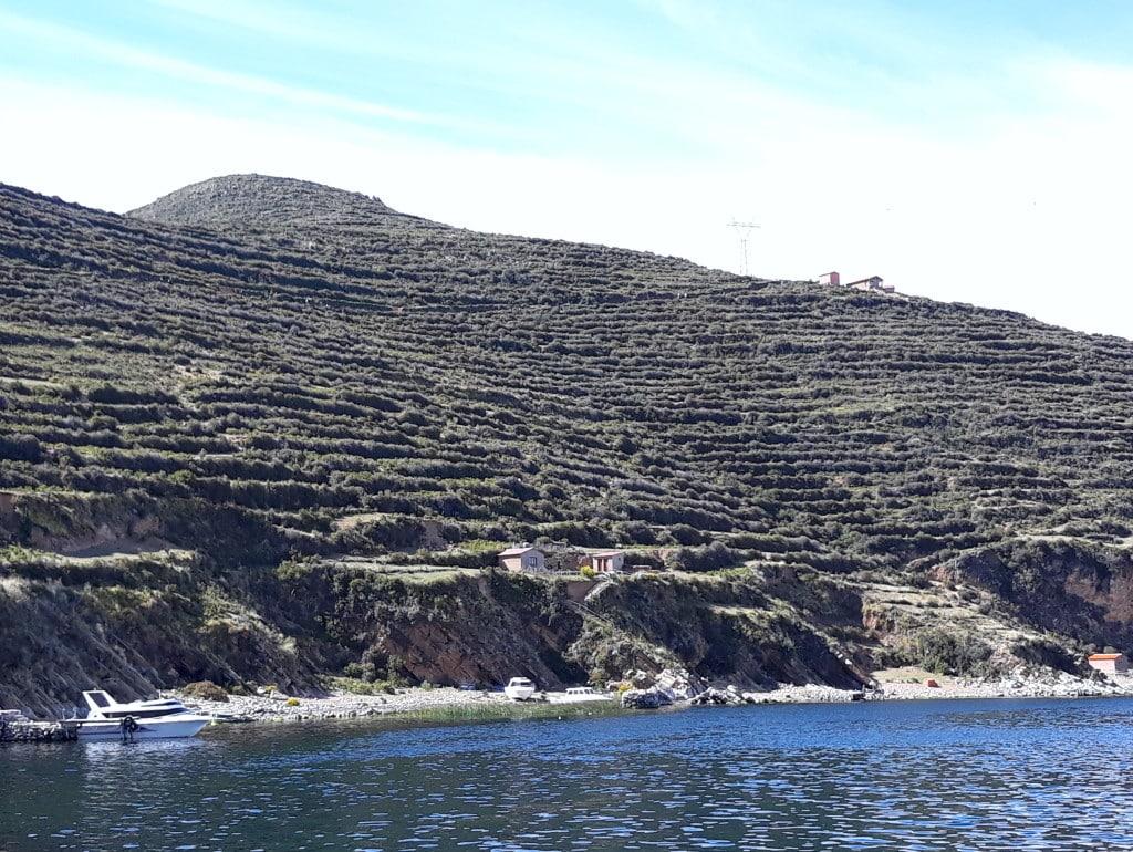 Arrivée en bateau à la Isla del Sol, Lac Titicaca, en Bolivie Photo ; Espaces andins
