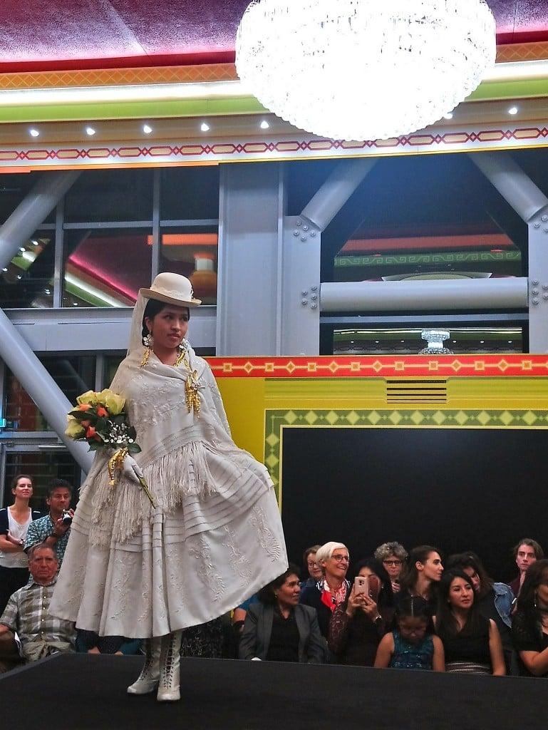 Une cholita à la Fondation Cartier dans la salle des banquets // Photo : Espaces Andins