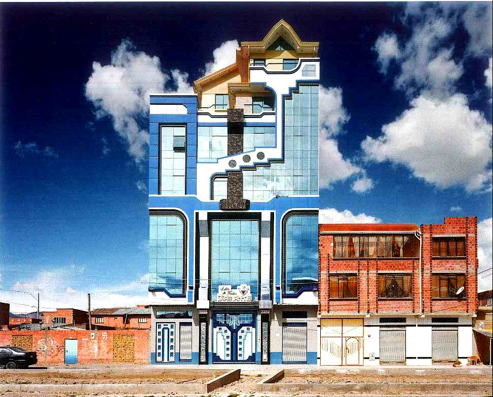 Cholet dans un quartier résidentiel en brique rouge à El Alto, Bolivie Photo copyright : Tatewaki Nio, Serie neo-andine, 2016