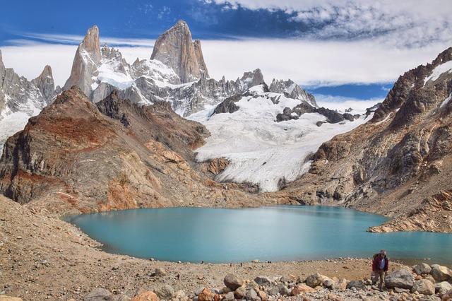 Lagune et montagne, un plaisir de randonner à El Chalten, en Argentine en été