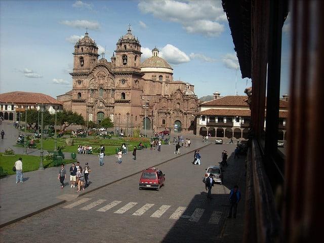 La Place d'Armes à Cusco, au Pérou. Pérou, nombril du monde et véritable trésor architectural