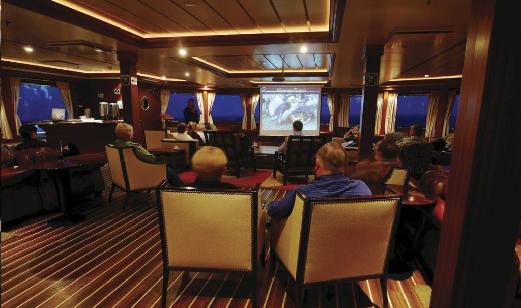 conférences à bord lors d'une croisière en patagonie, terre de feu et cap horn