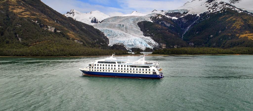Le Ventus Australis face au majestueux glacier. Le quotidien lors d'une croisière en patagonie, terre de feu et cap horn.