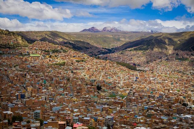 Vue aérienne de l'impressionnante ville de La Paz en Bolivie