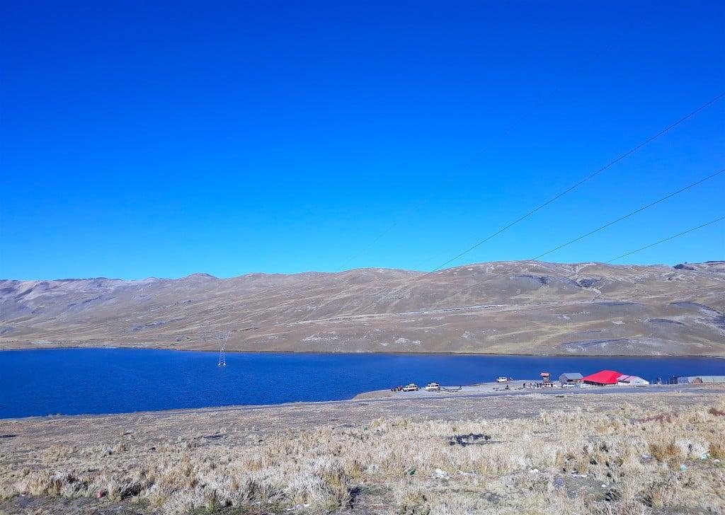 La cumbre, en Bolivie, en parlant vers la route de la mort