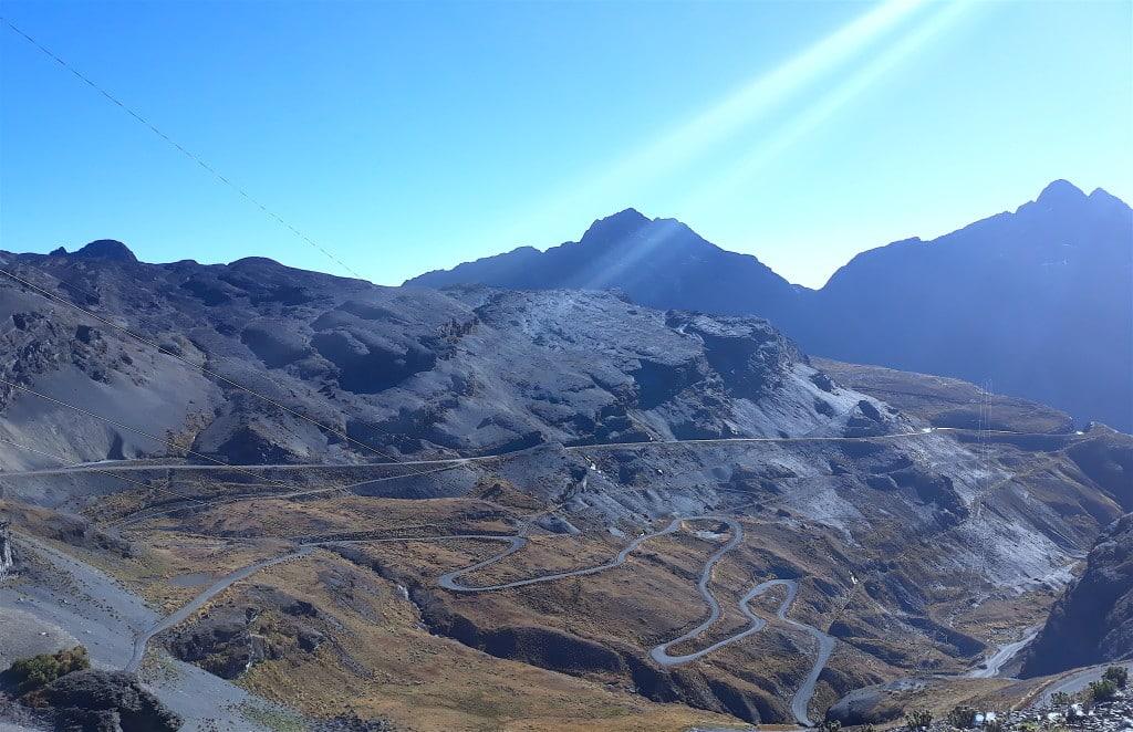 Virages en lacets du haut du col de la cambre en bolivie pour aller en direction de la route de la mort