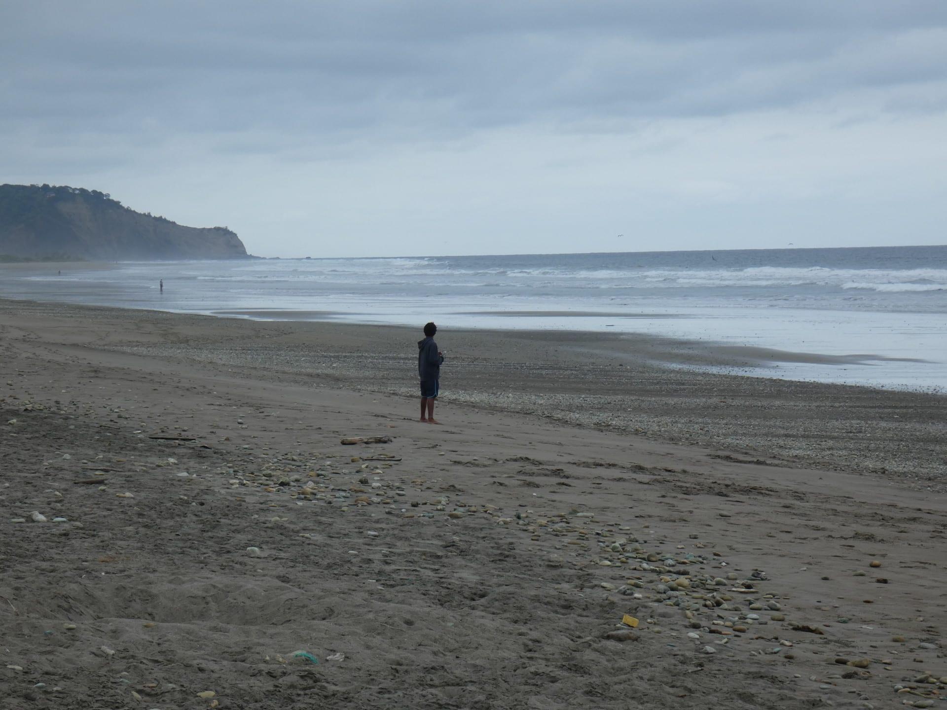 Un Enfant Sur La Plage De La Cote Pacifique Equatorienne
