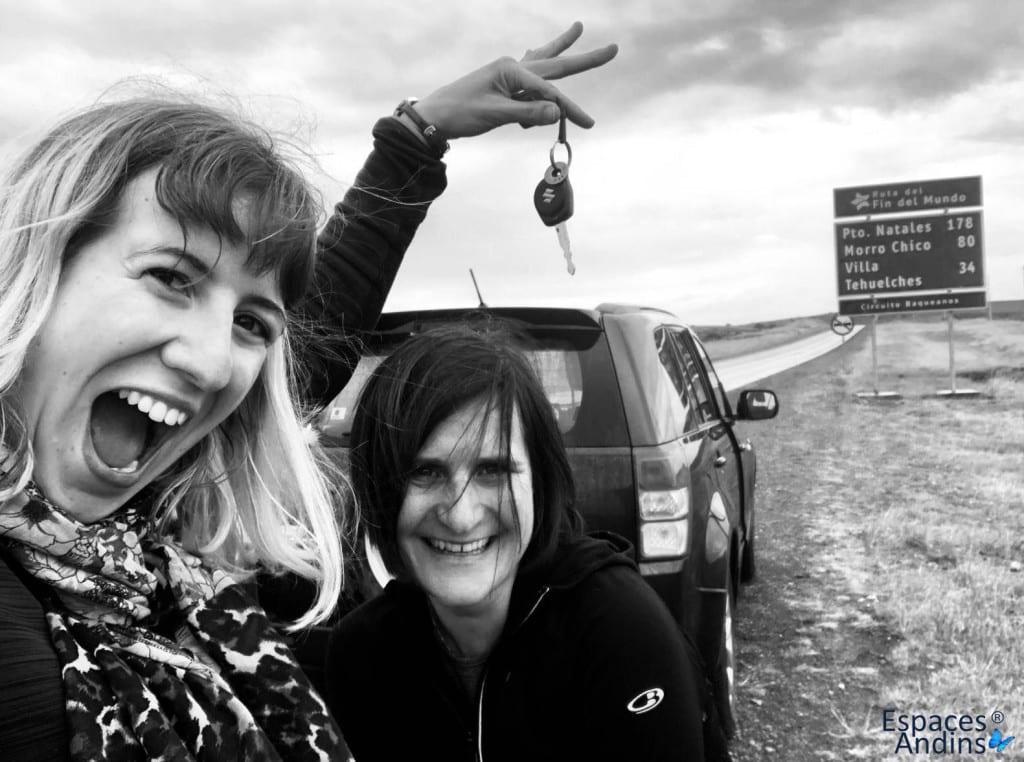 deux clientes voyageant seule en voiture de location en patagonie chilienne